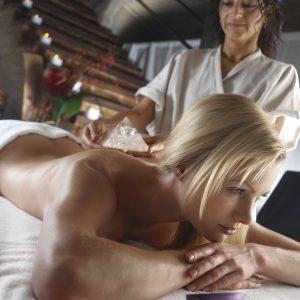 donna in un cnetro benessere che si sottopone ad un trattamento con cristalli esclusiva tips realese: tutti gli utilizzi realese model: si