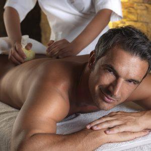 """sala wellness relax con modello: massaggio schiena su lettino esclusiva tips; realese: tutti gli utilizzi release model: s"""""""