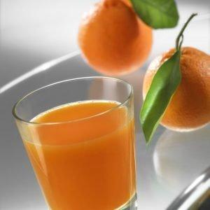 bicchiere con spremuta di arance su tavolo di vetro esclusiva tips realese: tutti gli utilizzi realese model: no